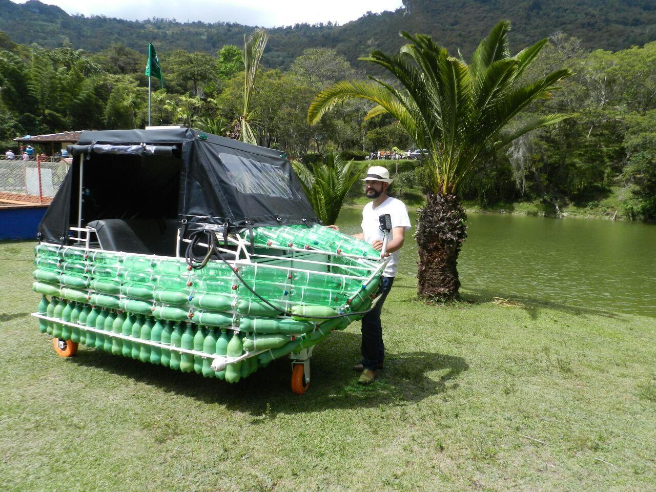 Navegarán el río Magdalena en bote construido con botellas de plástico