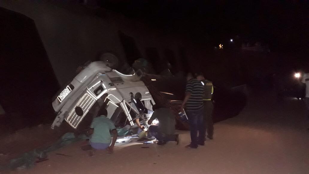 Conductor de transporte de carga pesada falleció luego de volcarse en la Variante