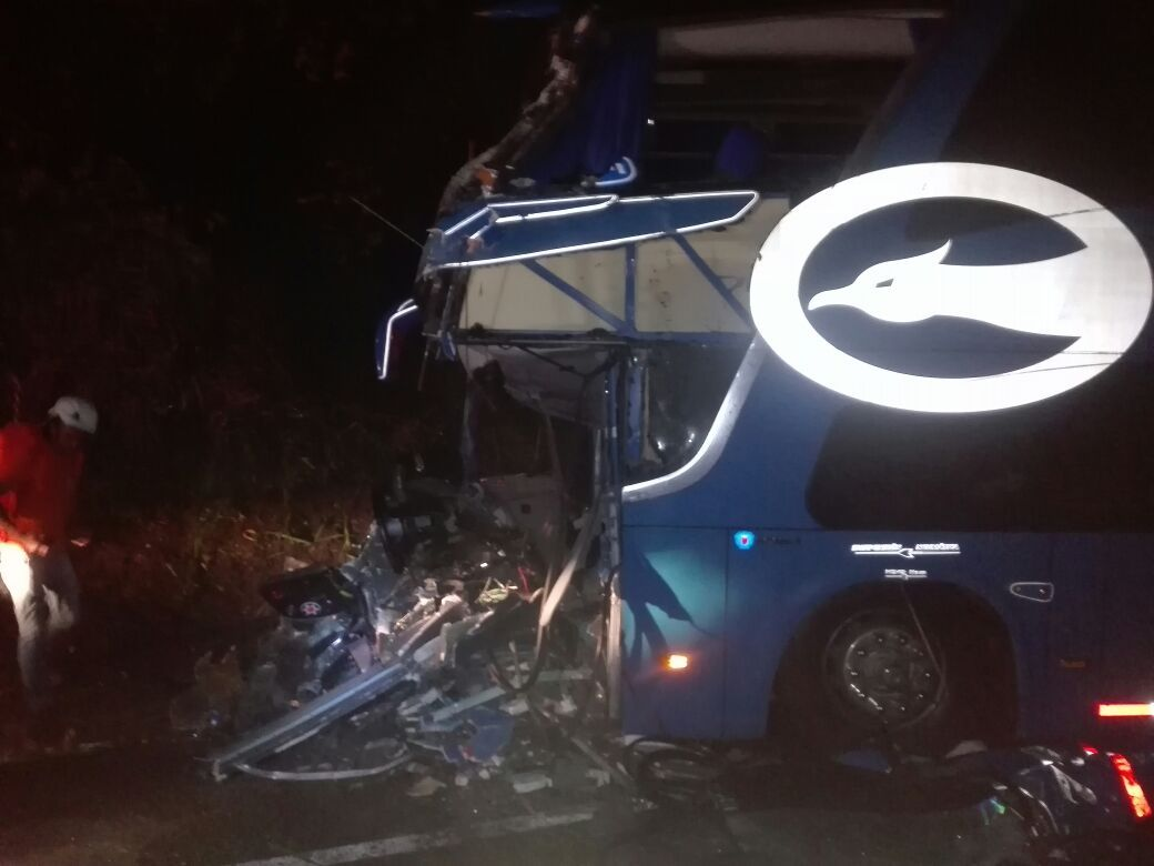 Fuerte choque de frente entre dos buses Coomotor dejó un conductor muerto y ocho heridos