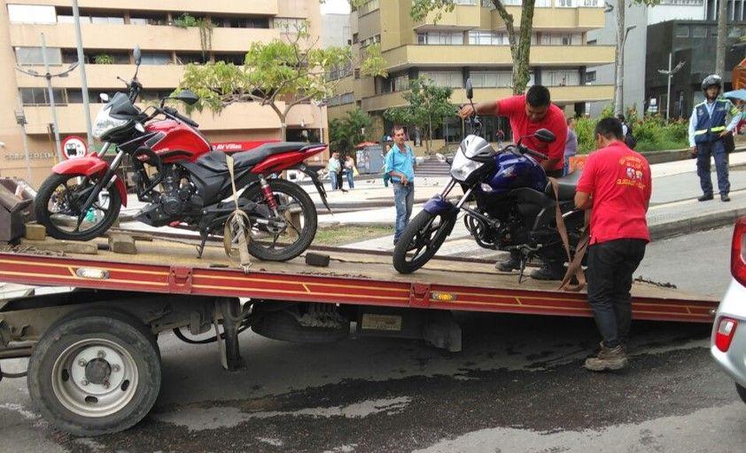 'Recoger' varias motos inmovilizadas en un mismo vehículo no es ilegal: autoridades de tránsito