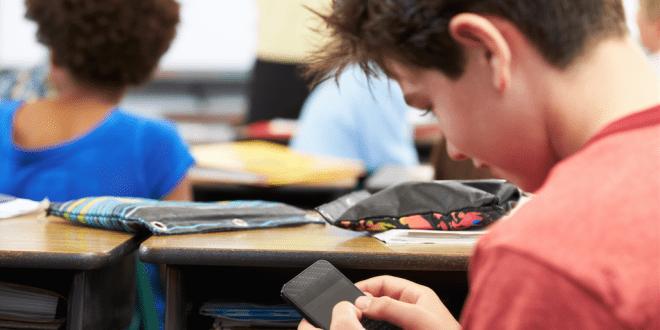 Avanza en la Cámara la ley que prohíbe a estudiantes usar celular en el colegio