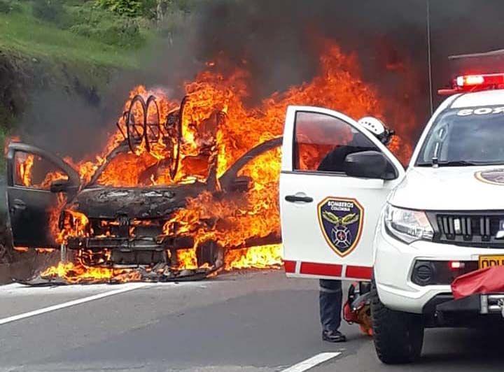 Equipo femenino de ciclismo salió ileso del incendio del vehículo en el que se transportaba a una competencia