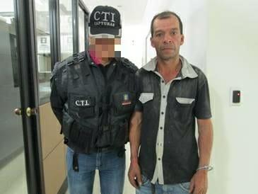 Atacó y torturó a su hija de 12 años y a su madre de 79 años