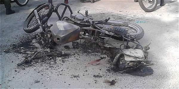 Comunidad quemó moto a ladrones en el barrio Alfonso Uribe Badillo