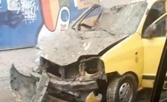 Material que cayó de la construcción del edificio más alto del País aplastó a un taxi