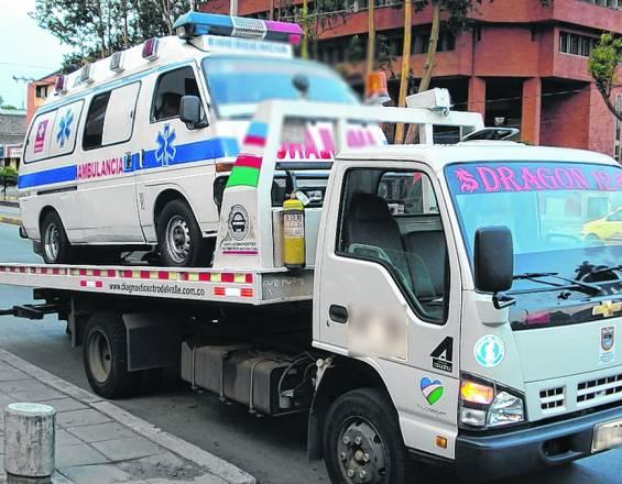 Inmovilizan ambulancia que fue sorprendida 'pirateando' con 11 pasajeros