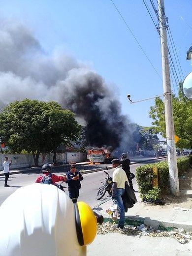 Un hombre incendió la grúa que se llevaba inmovilizada su moto
