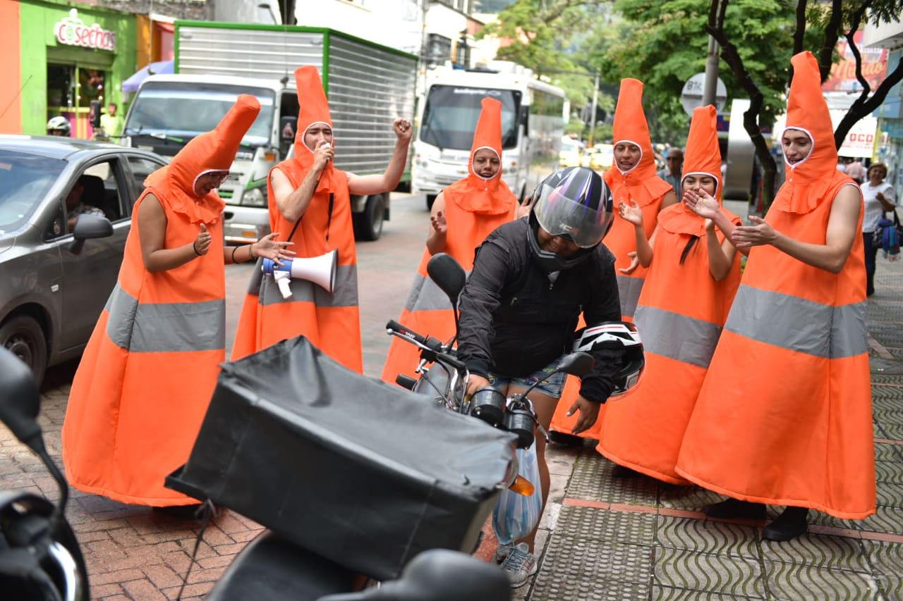 Los mimos y los 'conos humanos' se tomaron las calles de la Ciudad Musical