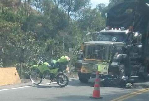 Motociclista terminó debajo de una 'mula' por un reguero de aceite, cerca a Cajamarca