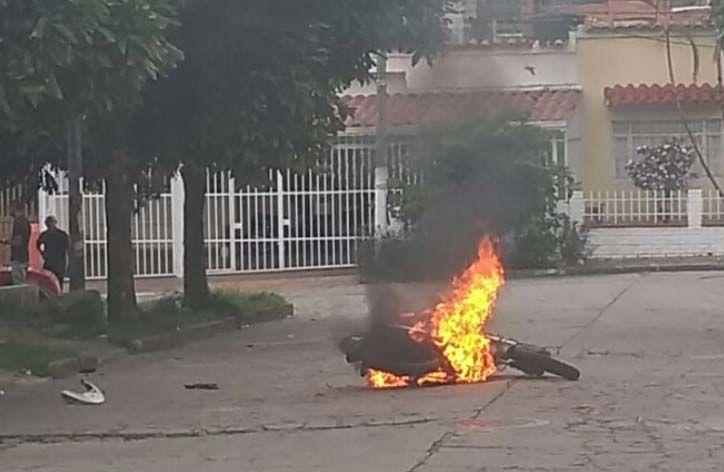 Volvió la 'justicia callejera':  Quemaron moto a los 'cacos' cerca a la UT