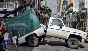 Curiosa partida en dos de una camioneta que cargaba vidrios por el Centro de Ibagué