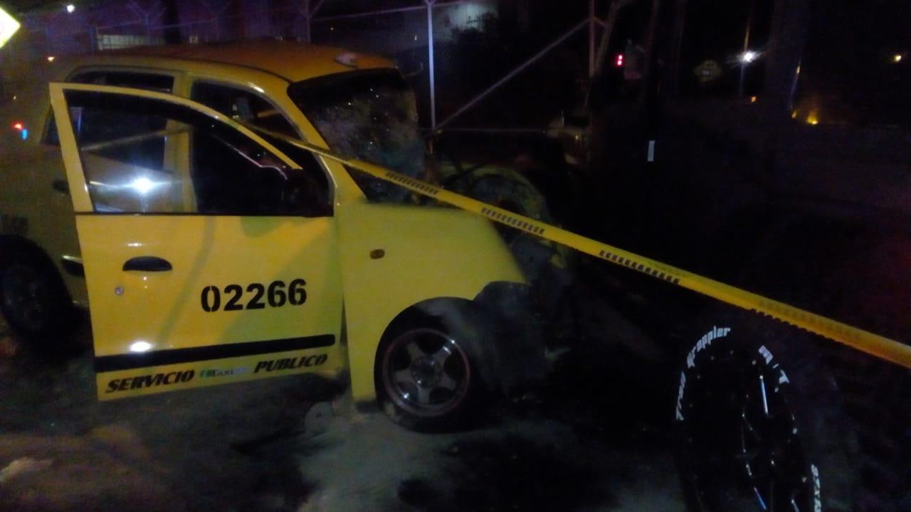 Varios heridos y un taxi destruido en accidente en Mirolindo