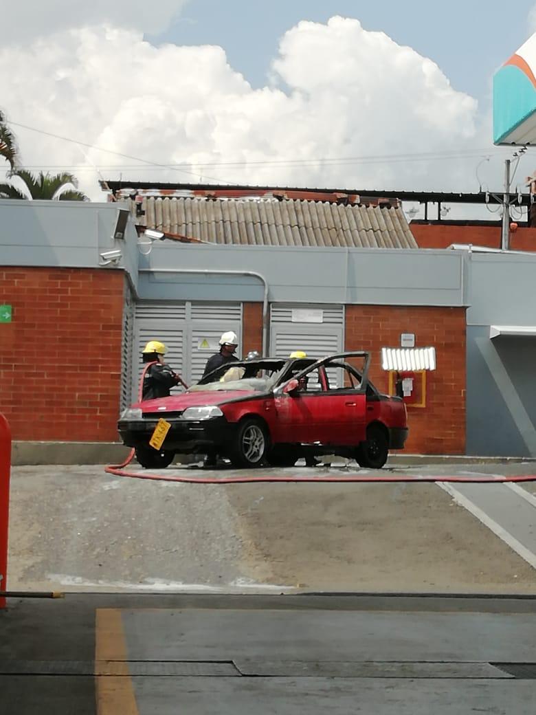 Tres heridos por incendio vehicular en estación de gasolina de la 19 con Segunda