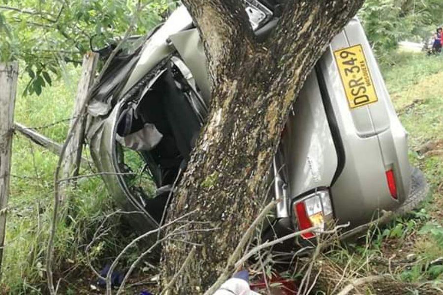 Una mujer muerta dejó choque de un Renault Logan contra un árbol entre Chaparral y Ortega