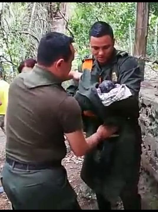 Policías prestaron primeros auxilios a bebé recién nacido y abandonado cerca de Playarrica
