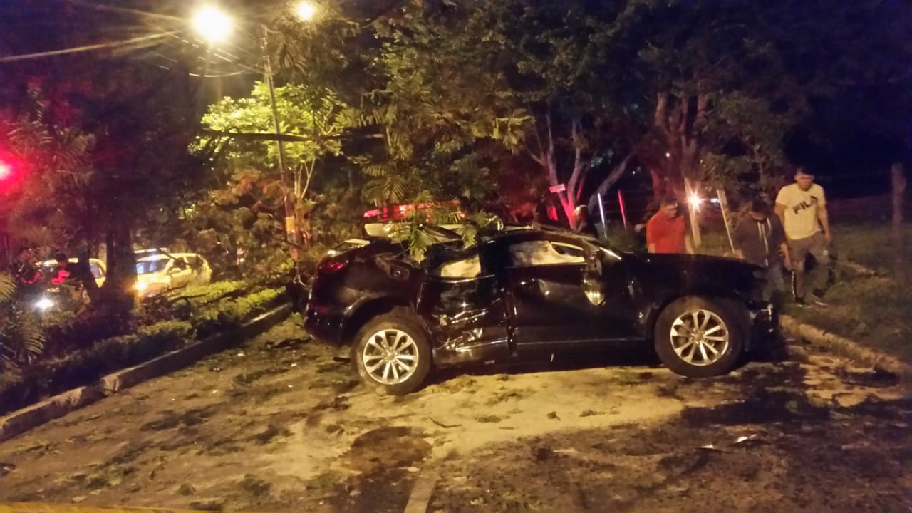 Cinco heridos dejó accidente de lujoso Audi cerca a la glorieta de Varsovia