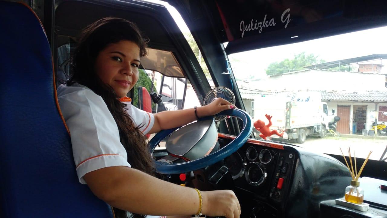 Un día en la vida de Paola Valbuena, la única conductora de buseta en Ibagué