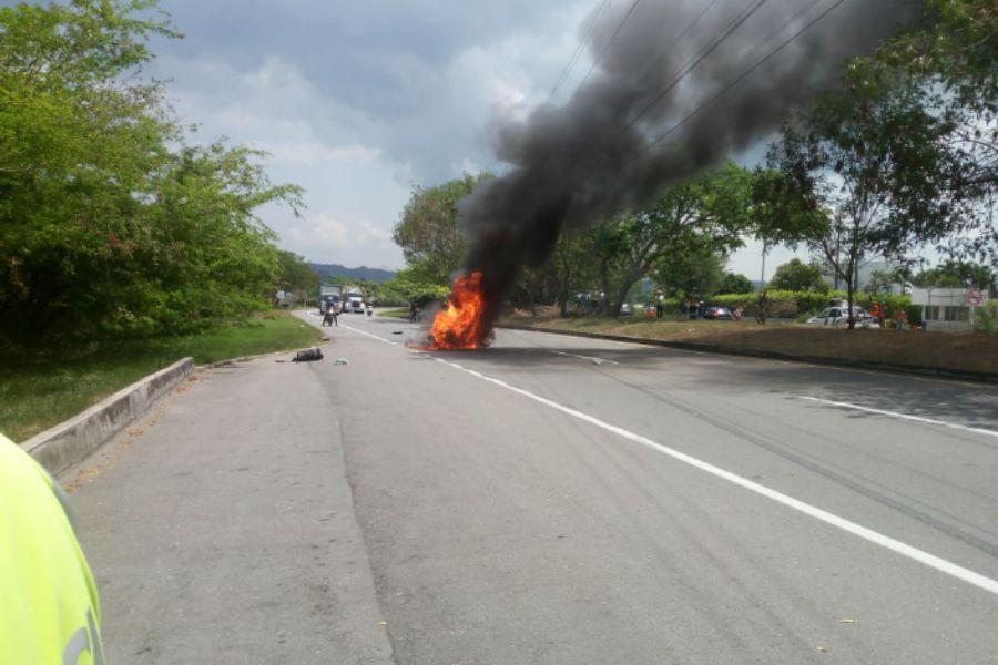 Un herido y una moto quemada dejó siniestro vial en la vía a Gualanday