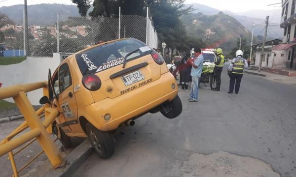 Dos heridos dejó accidente de taxi en la 'Vuelta del Chivo'