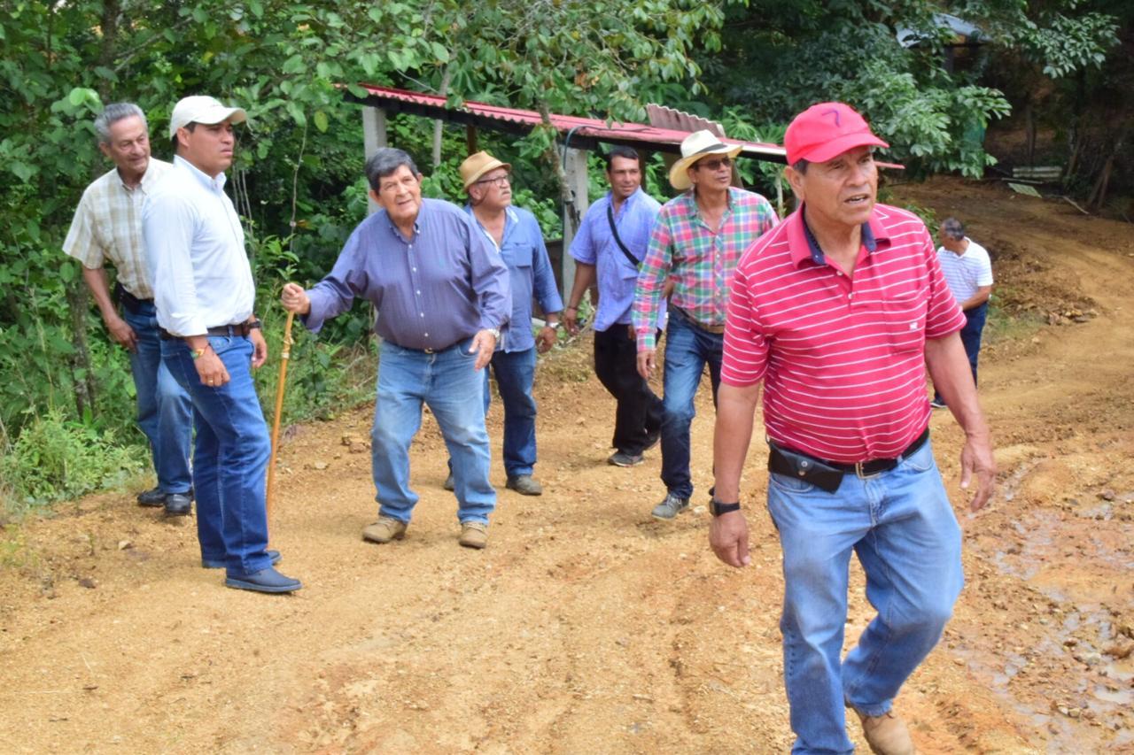 Alcaldía repara 15 km de vías rurales en Cármen del Bulira