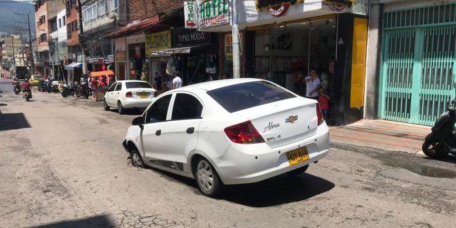 Carro quedó atascado en un hueco en pleno centro de Ibagué