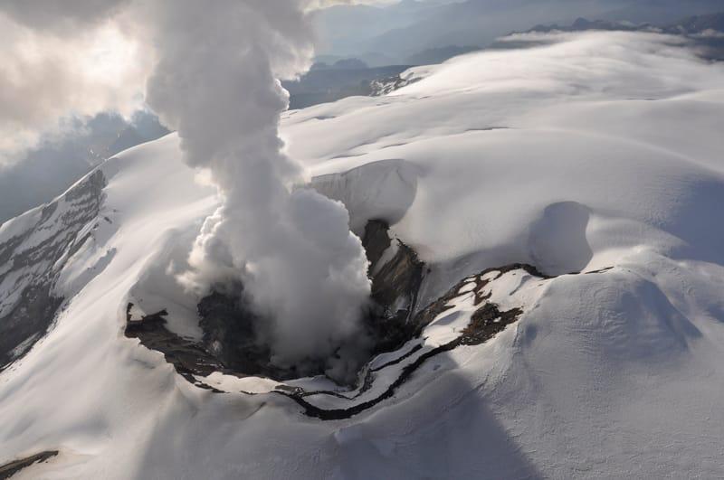 Volcán Nevado del Ruiz prende alarmas ante actividad sísmica leve y expulsión de ceniza