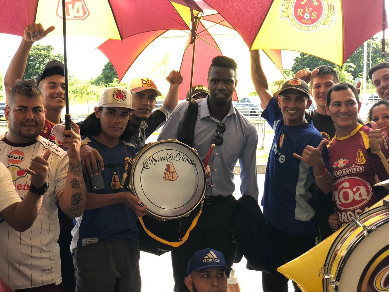 Con banderazo, bombos y platillos, hinchada despidió al Deportes Tolima