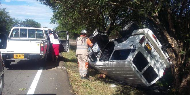Tres lesionados por volcamiento de camioneta en la vía a Alvarado