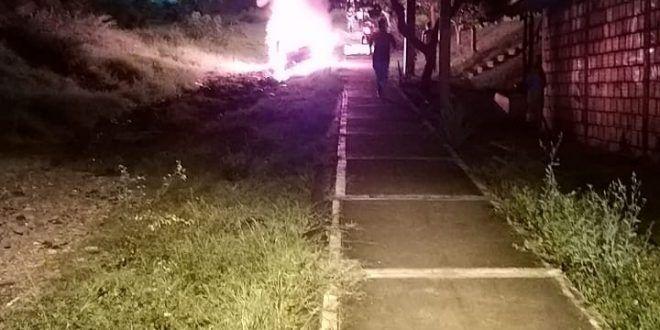 Habitantes del barrio La Cima II quemaron el Corsa porque atropelló a una joven