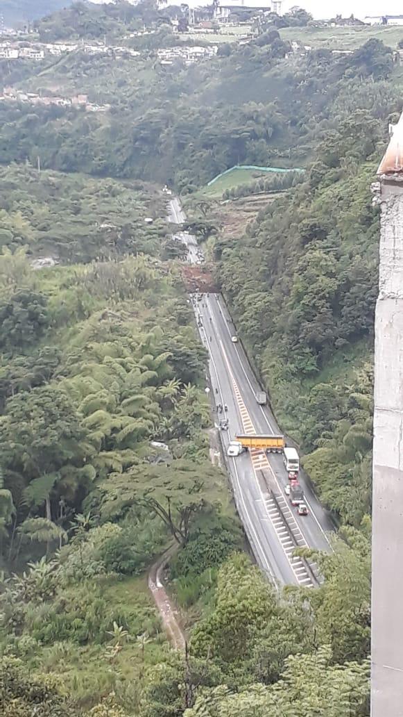 Al menos tres muertos y varios vehículos sepultados por un derrumbe en variante de Pereira