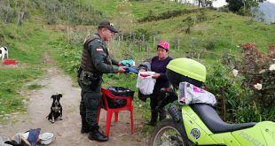 Loable acción de solidaridad de patrullero para ayudar a gemelos nietos de 'Conchita' en Murillo