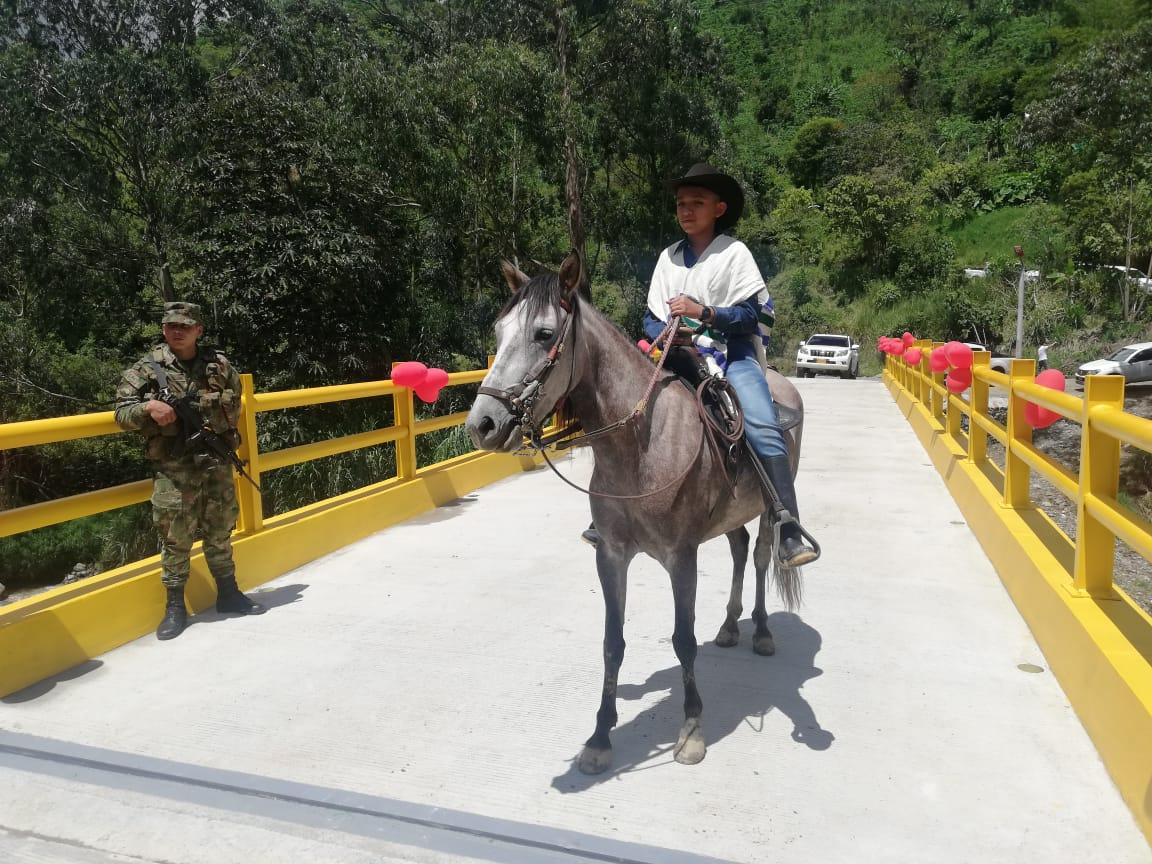 Fue inaugurado el puente en Laureles