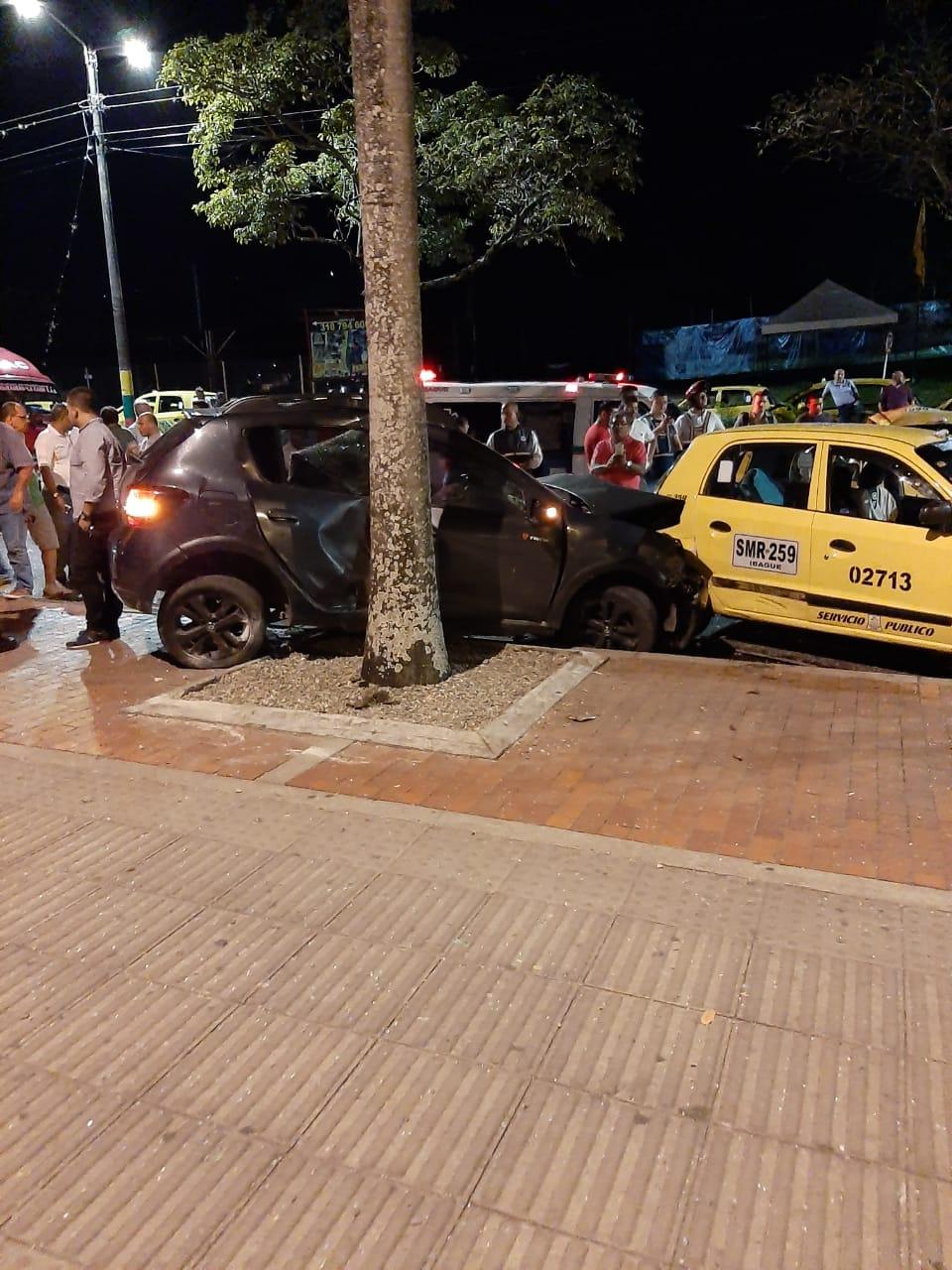 Borracho 'levantó' a tres taxis en la bahía del Centro Comercial La Estación: Dos taxistas heridos
