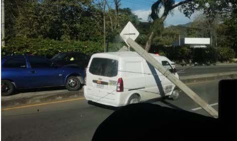Un borracho causó el accidente del poste sobre la camioneta en la vía a Picaleña