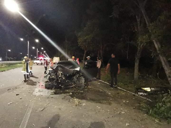 Acabó el BMW contra un árbol y un poste en la vía al Aeropuerto