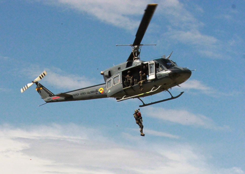 Helicóptero de la Fuerza Aérea rescata mujer que quedó atrapada por una creciente del río Páez