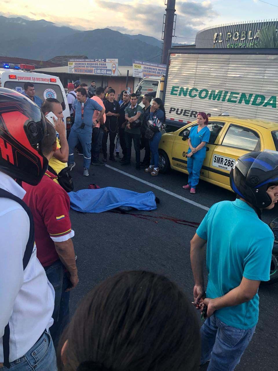 Motociclista chocó contra un taxi pero murió arrollado por una Turbo en la vía a Picaleña