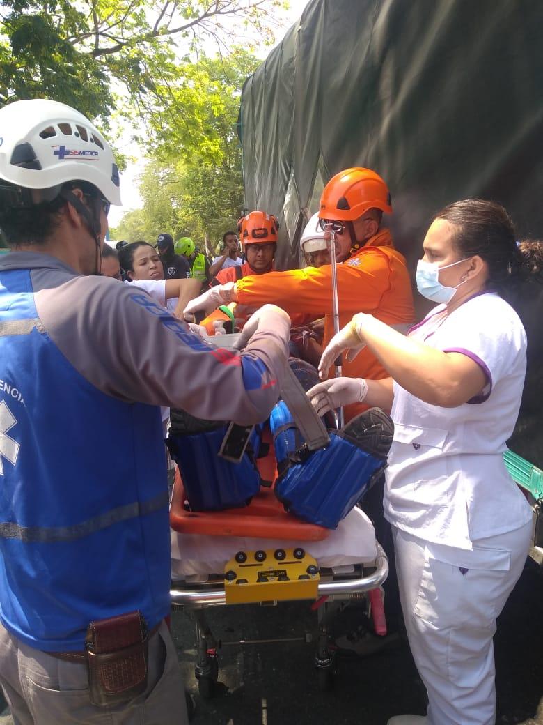 Rescatado de entre las latas de la cabina de un camión en Armero-Guayabal