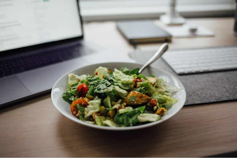 ¿Comer en el trabajo? Pide una ensalada