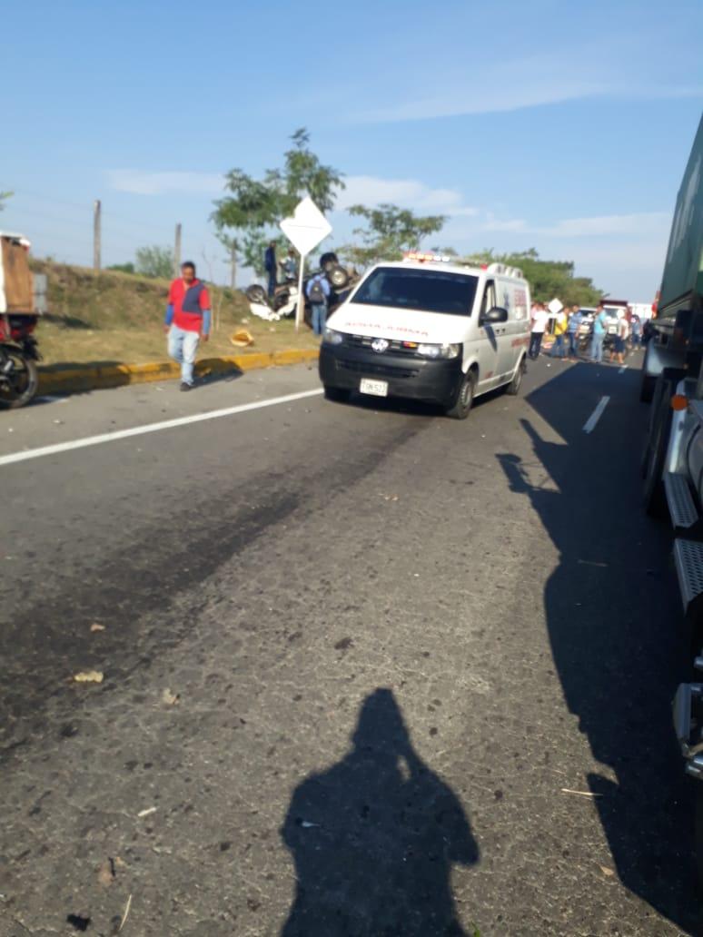 Violento choque entre motocarro y particular en el sector de Picaleña dejó dos heridos