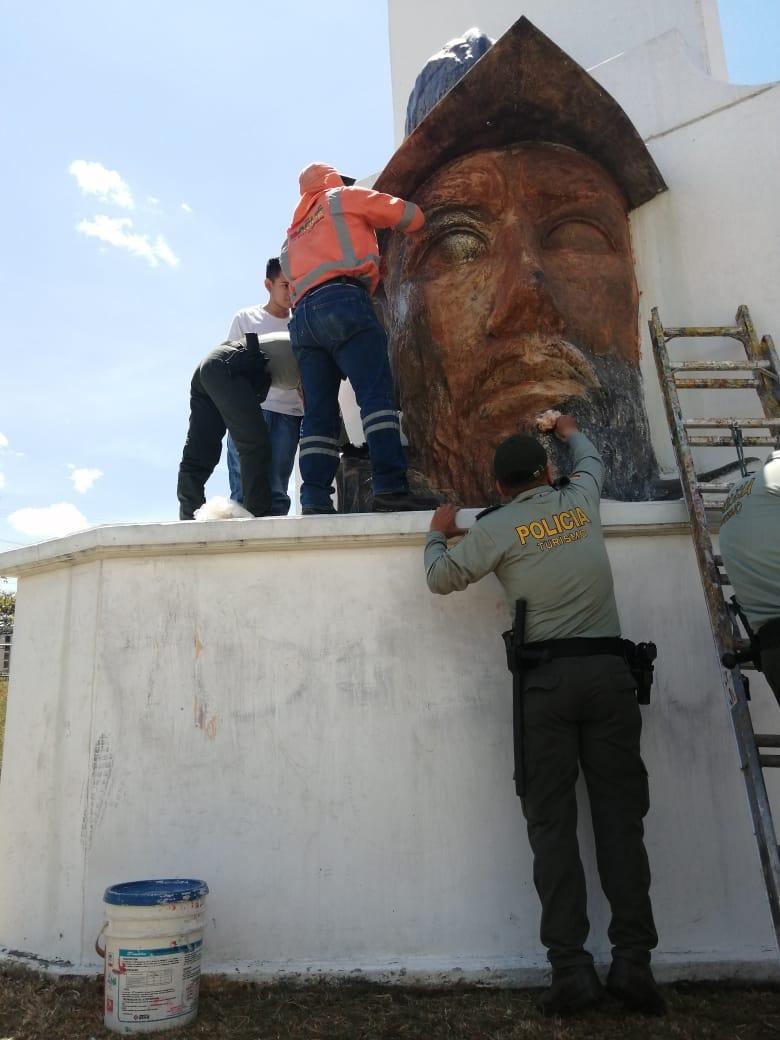 Le dieron una 'manita' al monumento de Andrés López de Galarza