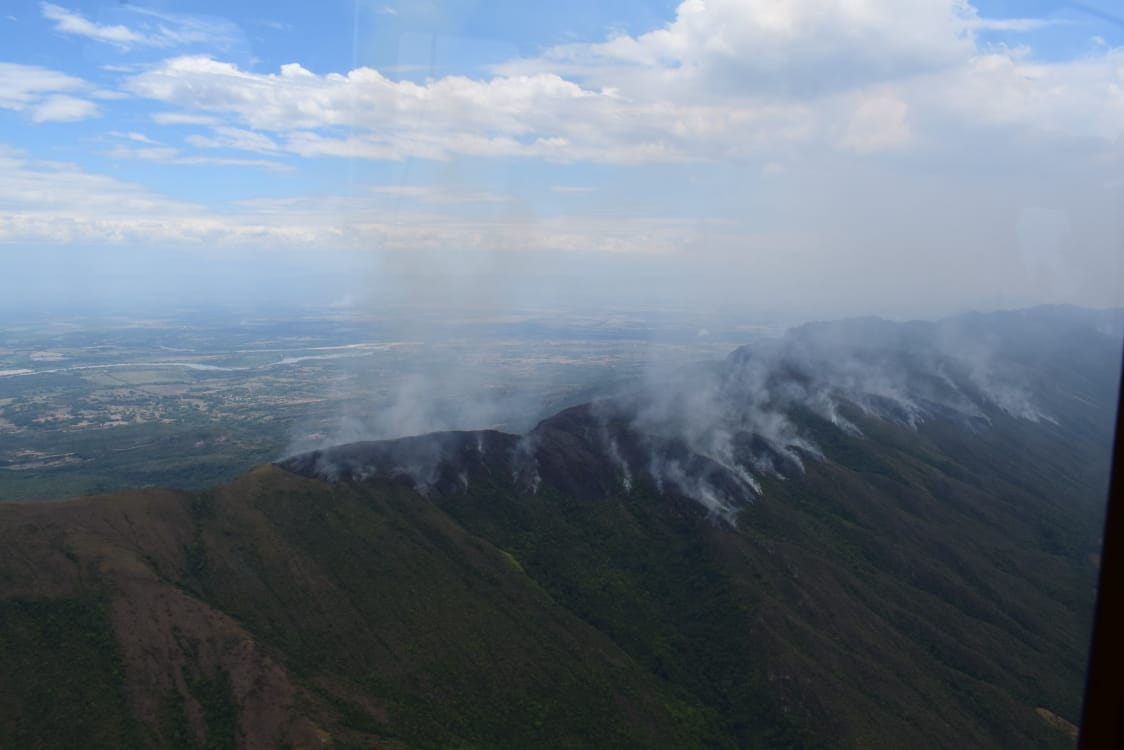 Con el 'Bambi Bucket', la Fuerza Aérea ayuda a controlar incendios forestales