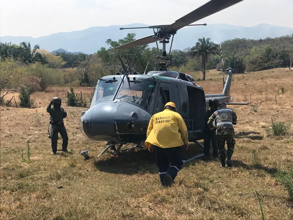 Fuerza Aérea trabaja en extinción del incendio en Carmen de Apicalá