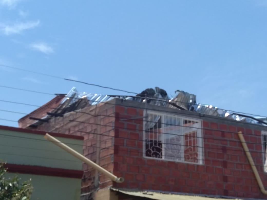 Caída de árboles y techos por fuertes vientos en poblaciones del norte del Tolima