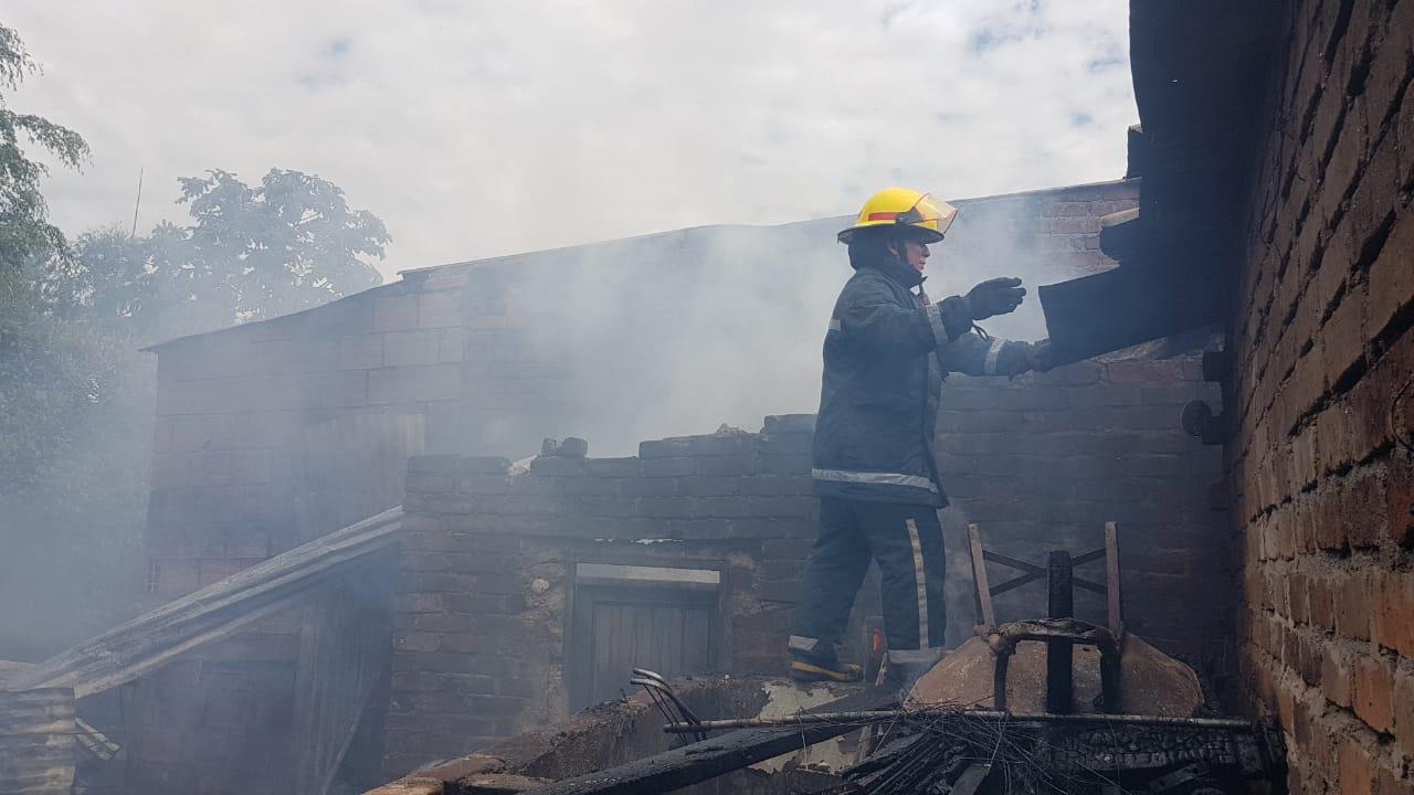 Entregan ayudas a familia afectada por incendio en el barrio Los Mártires