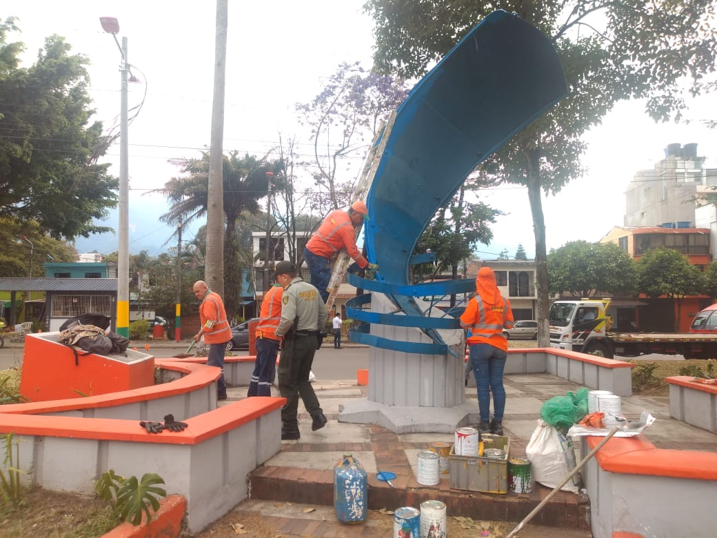 Policía de Turismo e Ibagué Limpia restauraron el 'Monumento a los periodistas'