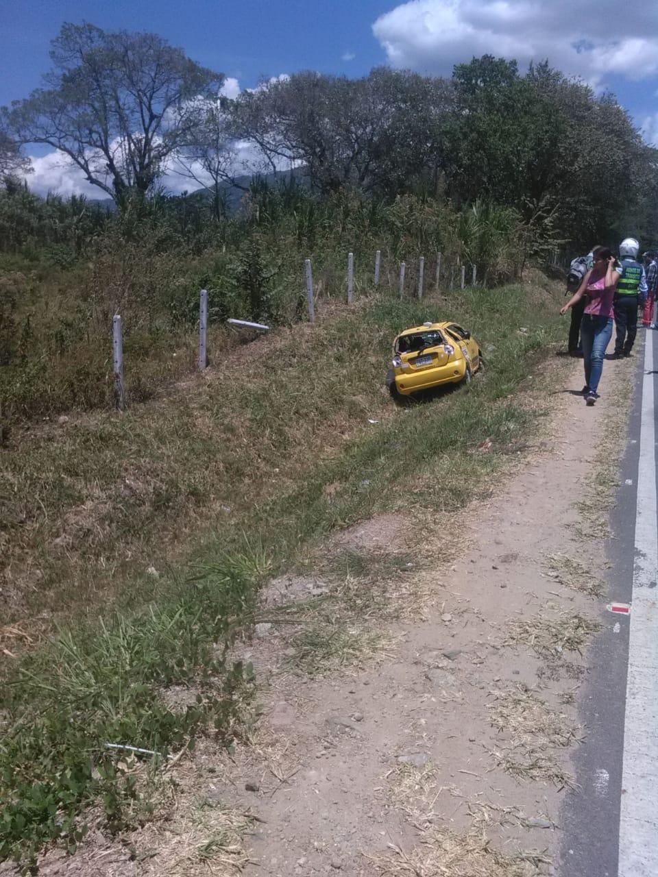 Taxista resultó herido luego de volcarse en la vía al aeropuerto