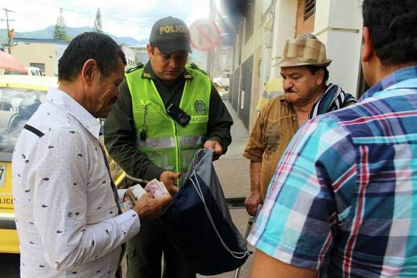 Taxista devolvió maletín con dinero
