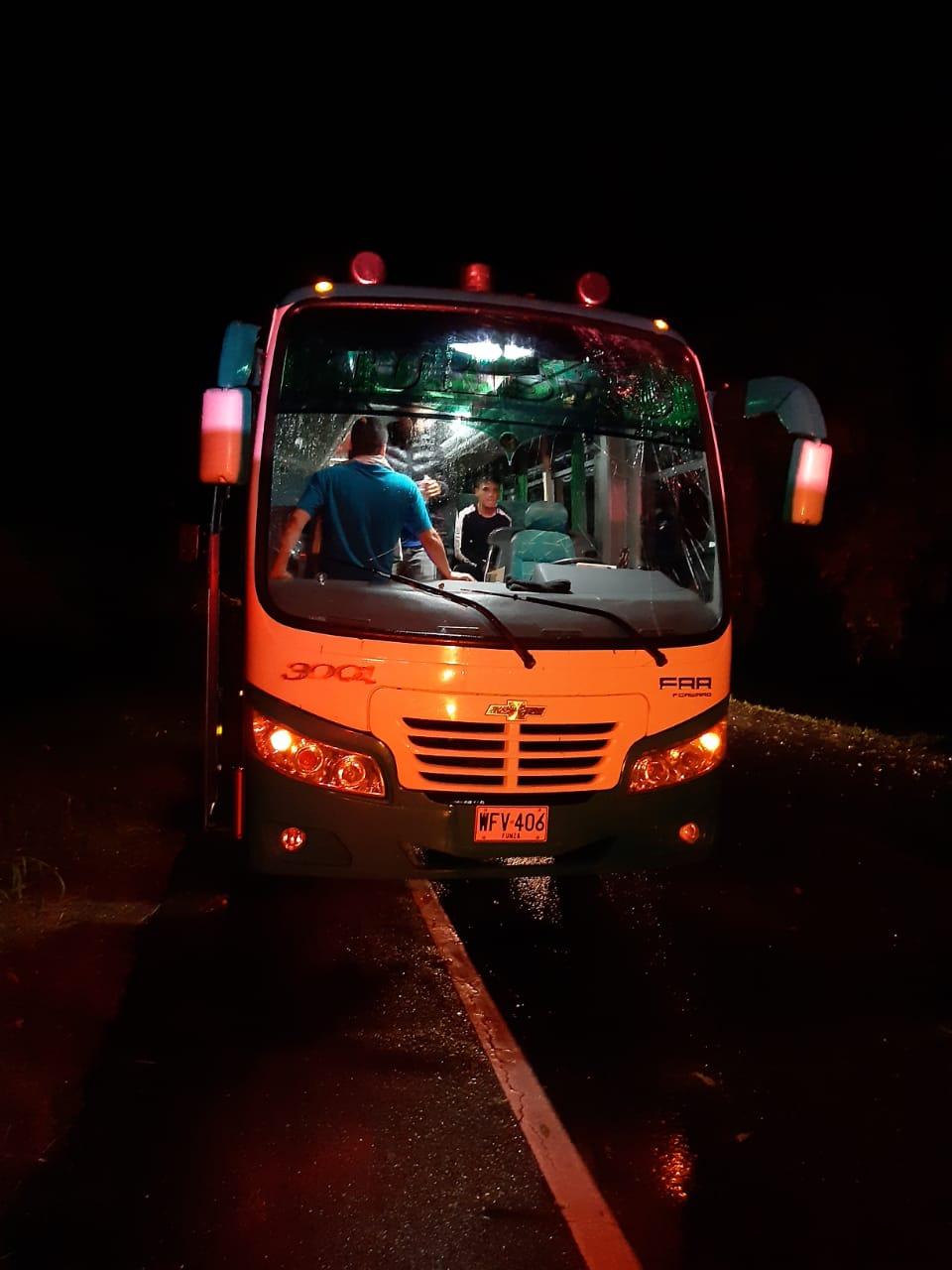 Árbol cayó sobre un bus en la vía muy cerca a Lérida