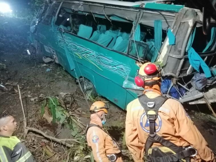 Un muerta y al menos 26 heridos dejó la caída del bus de scouts aun abismo en la vía a Cajamarca